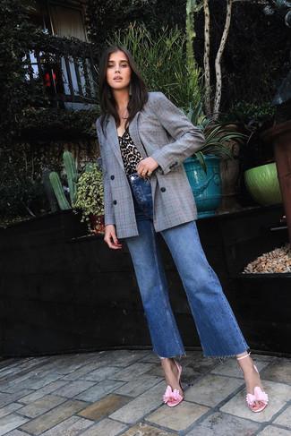 Comment porter: blazer croisé à carreaux gris, débardeur imprimé léopard marron clair, jean flare bleu, sandales à talons en cuir roses
