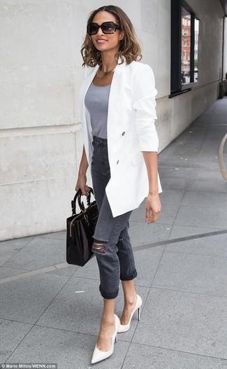 Comment porter: blazer croisé blanc, débardeur gris, jean déchiré gris foncé, escarpins en cuir blancs