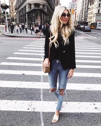 Comment porter: blazer croisé noir, débardeur noir, jean skinny déchiré bleu clair, sandales plates en cuir dorées