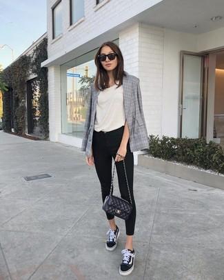 Comment porter: blazer croisé écossais gris, débardeur beige, jean skinny noir, baskets basses en toile noires et blanches