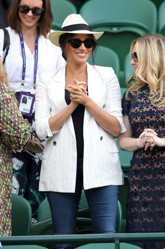Comment porter: blazer croisé à rayures verticales blanc, débardeur noir, jean skinny bleu marine, chapeau de paille beige