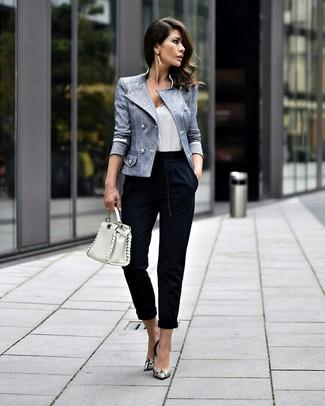 Comment porter: blazer croisé bleu clair, débardeur blanc, pantalon carotte bleu marine, escarpins en cuir imprimés serpent gris