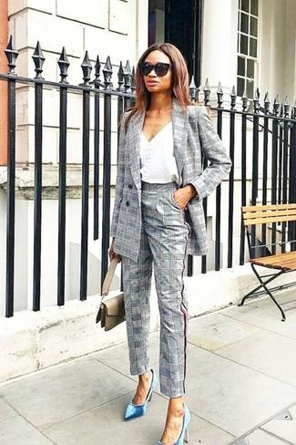 Comment porter: blazer croisé écossais gris, débardeur blanc, pantalon de costume écossais gris, escarpins en velours bleus