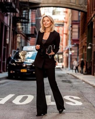 Comment porter des escarpins en daim noirs: Pour une tenue de tous les jours pleine de caractère et de personnalité pense à opter pour un blazer croisé noir et un pantalon flare noir. Assortis ce look avec une paire de des escarpins en daim noirs.