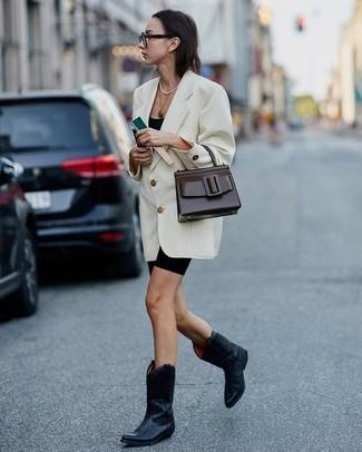 Comment porter des bottes western en cuir noires: Pense à porter un blazer croisé blanc et un short cycliste noir pour une tenue idéale le week-end. Pour les chaussures, fais un choix décontracté avec une paire de des bottes western en cuir noires.