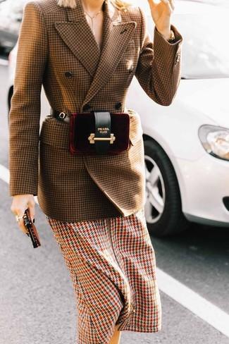 Comment porter: blazer croisé en laine en pied-de-poule marron, robe midi en pied-de-poule multicolore, sac banane en velours bordeaux