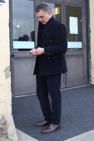 Comment porter: blazer croisé en velours côtelé noir, pantalon de costume en velours côtelé noir, chaussures brogues en cuir marron foncé