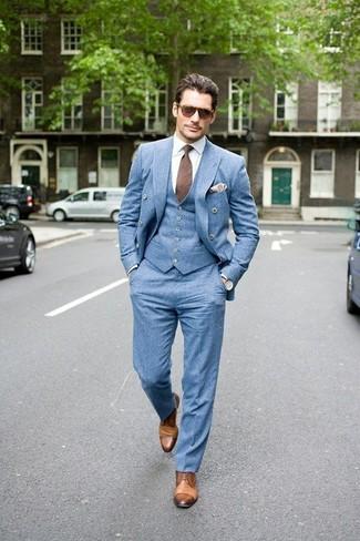 Comment porter un gilet bleu clair: Pense à porter un gilet bleu clair et un pantalon de costume bleu clair pour un look pointu et élégant. Si tu veux éviter un look trop formel, fais d'une paire de des chaussures derby en cuir marron clair ton choix de souliers.