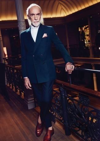 Comment porter un pantalon de costume bleu marine: Porte un blazer croisé vert foncé et un pantalon de costume bleu marine pour une silhouette classique et raffinée. Jouez la carte décontractée pour les chaussures et opte pour une paire de des chaussures richelieu en cuir marron.