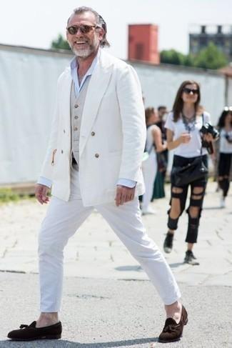 Comment porter un blazer croisé blanc: Essaie d'associer un blazer croisé blanc avec un pantalon chino blanc pour achever un look habillé mais pas trop. D'une humeur audacieuse? Complète ta tenue avec une paire de des mocassins à pampilles en daim marron foncé.