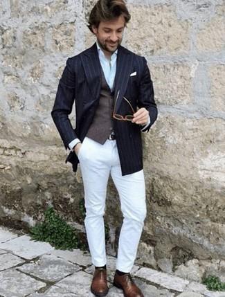 Comment porter des chaussures richelieu en cuir marron: Choisis un blazer croisé à rayures verticales bleu marine et un pantalon chino blanc pour créer un look chic et décontracté. Assortis cette tenue avec une paire de des chaussures richelieu en cuir marron pour afficher ton expertise vestimentaire.