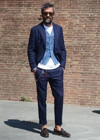 Comment porter un blazer croisé à carreaux bleu: Essaie d'harmoniser un blazer croisé à carreaux bleu avec un pantalon de costume à carreaux bleu marine pour un look pointu et élégant. Une paire de des mocassins à pampilles en cuir marron foncé est une option parfait pour complèter cette tenue.