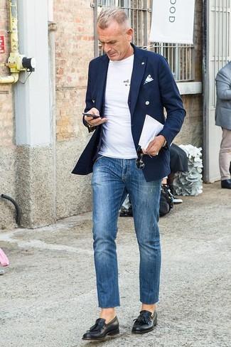 Comment porter: blazer croisé bleu marine, gilet noir, t-shirt à col rond blanc, jean bleu