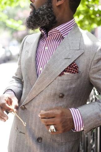 Comment porter une chemise de ville à rayures verticales pourpre: Choisis une chemise de ville à rayures verticales pourpre et un blazer croisé gris pour une silhouette classique et raffinée.