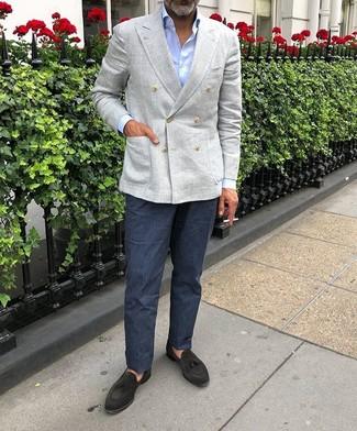 Comment porter une chemise de ville bleu clair: Porte une chemise de ville bleu clair et un pantalon de costume en lin bleu marine pour dégager classe et sophistication. Tu veux y aller doucement avec les chaussures? Opte pour une paire de des mocassins à pampilles en daim noirs pour la journée.