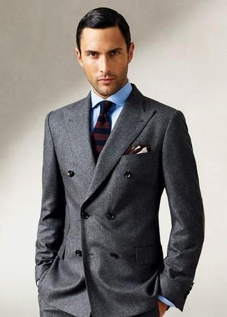 Comment porter: blazer croisé en laine gris foncé, chemise de ville bleu clair, cravate en laine à rayures horizontales marron foncé, pochette de costume beige