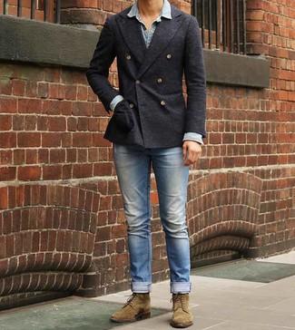 Comment porter un blazer croisé gris foncé: Marie un blazer croisé gris foncé avec un jean bleu clair pour un look idéal au travail. Pour les chaussures, fais un choix décontracté avec une paire de des bottes de loisirs en daim olive.