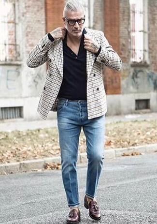 Comment porter: blazer croisé écossais gris, pull à col polo noir, jean bleu, mocassins à pampilles en cuir marron foncé