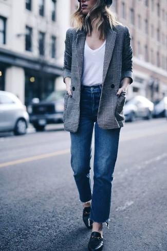 Comment porter: blazer croisé écossais gris, t-shirt à col en v blanc, jean bleu, slippers en cuir noirs