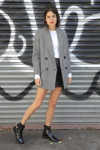 Pense à opter pour un blazer croisé écossais gris et une minijupe en cuir noire pour un look de tous les jours facile à porter. Une paire de des bottines chelsea en cuir noires apportera un joli contraste avec le reste du look.