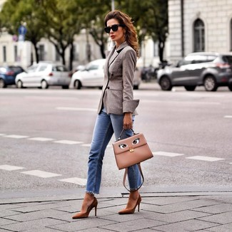 Comment porter: blazer croisé en laine marron, jean bleu, escarpins en daim marron, cartable en cuir marron clair
