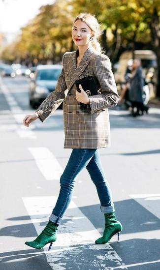 Comment porter: blazer croisé écossais marron, jean skinny bleu, bottines élastiques vert foncé, pochette en cuir noire