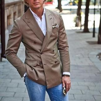 Comment porter: blazer croisé marron, chemise à manches longues blanche, jean bleu, pochette de costume imprimée beige