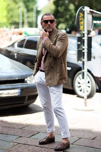 Comment porter: blazer croisé marron, chemise à manches longues en vichy rouge, pantalon chino blanc, slippers en cuir marron