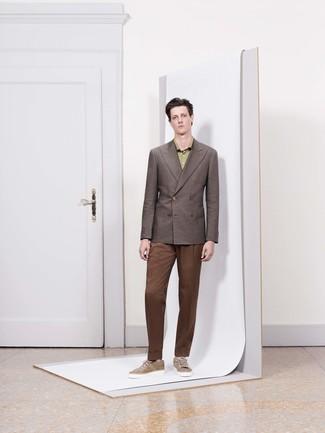 Comment porter: blazer croisé marron, chemise de ville verte, pantalon de costume marron, baskets basses en daim marron clair