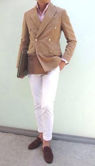 Comment porter un pantalon chino blanc: Essaie de marier un blazer croisé marron clair avec un pantalon chino blanc pour créer un look chic et décontracté. Complète cet ensemble avec une paire de des slippers en daim marron foncé pour afficher ton expertise vestimentaire.