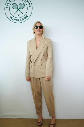 Comment porter: blazer croisé marron clair, pantalon carotte marron clair, sandales plates en cuir marron foncé, lunettes de soleil noires