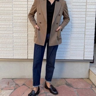Tendances mode hommes: Essaie de marier un blazer croisé marron clair avec un jean bleu marine pour créer un look chic et décontracté. Une paire de mocassins à pampilles en cuir bordeaux rendra élégant même le plus décontracté des looks.