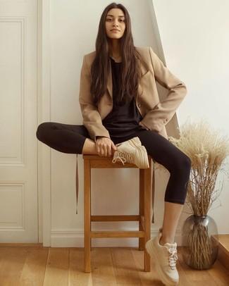 Tenue: Blazer croisé marron clair, T-shirt à col rond noir, Leggings noirs, Chaussures de sport beiges