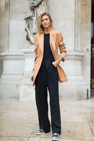Comment porter: blazer croisé marron clair, t-shirt à col rond noir, pantalon large noir, slippers en cuir argentés