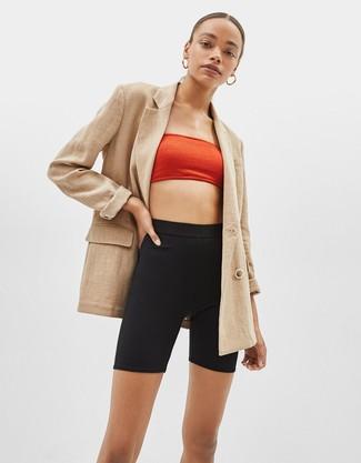 Comment porter: blazer croisé marron clair, top court rouge, short cycliste noir, boucles d'oreilles dorées