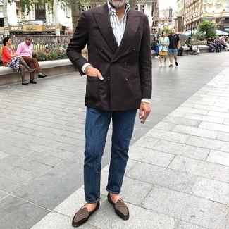 Comment porter: blazer croisé marron foncé, chemise à manches longues à rayures verticales blanche, jean bleu marine, slippers en daim marron