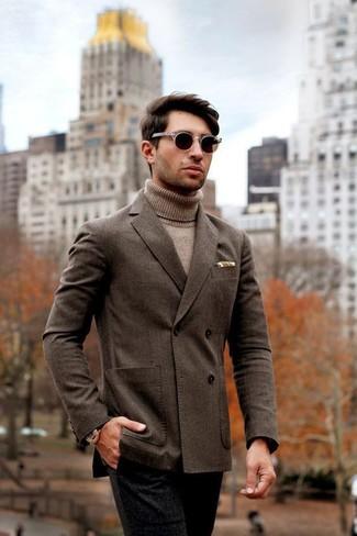 Comment porter: blazer croisé marron foncé, pull à col roulé marron clair, pantalon de costume en laine noir, lunettes de soleil marron foncé