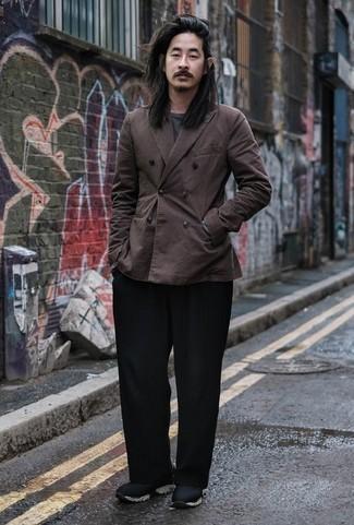 Comment porter un blazer croisé marron foncé: Marie un blazer croisé marron foncé avec un pantalon chino noir pour aller au bureau. Si tu veux éviter un look trop formel, complète cet ensemble avec une paire de des chaussures de sport noires.
