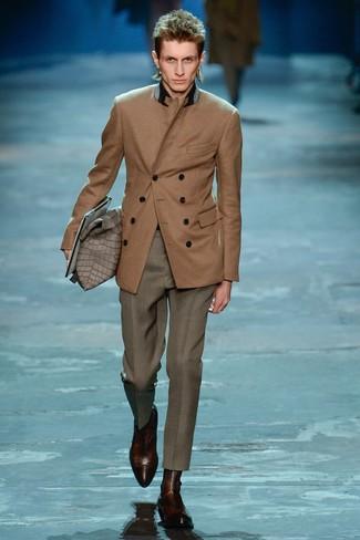 Comment porter: blazer croisé marron, pantalon de costume gris, bottines chelsea en cuir marron foncé