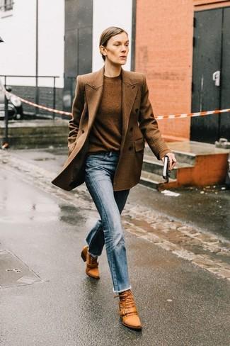 Comment porter un pull à col rond marron: Pense à opter pour un pull à col rond marron et un jean bleu clair pour achever un style chic et glamour. Une paire de des bottines à lacets en cuir tabac apportera une esthétique classique à l'ensemble.