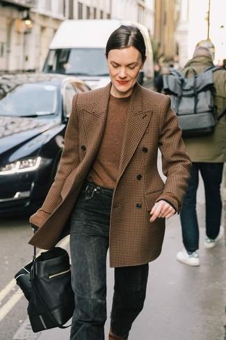 Comment porter un pull à col rond marron: Pense à opter pour un pull à col rond marron et un jean gris foncé pour affronter sans effort les défis que la journée te réserve.