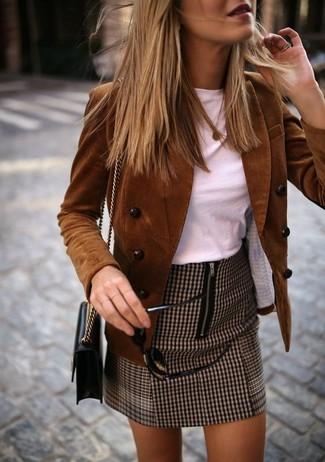 Comment porter un sac bandoulière en cuir noir: Porte un blazer croisé en velours côtelé marron et un sac bandoulière en cuir noir pour un look confortable et décontracté.