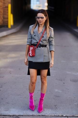 Comment porter: blazer croisé à carreaux gris, minijupe noire, bottines en velours fuchsia, sac bandoulière en cuir rouge