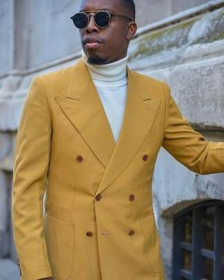 Comment porter: blazer croisé moutarde, pull à col roulé blanc, lunettes de soleil noires