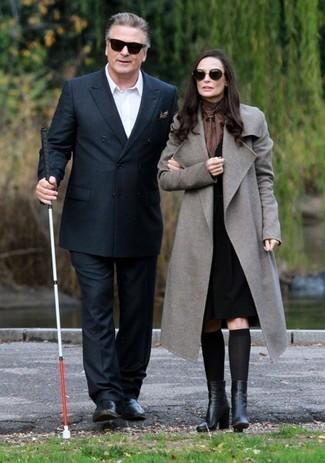 Comment porter: blazer croisé noir, chemise à manches longues blanche, pantalon de costume noir, slippers en cuir noirs