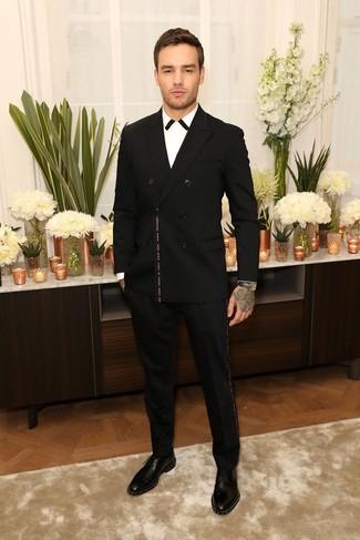 Comment porter: blazer croisé noir, chemise de ville blanche et noire, pantalon de costume noir, chaussures derby en cuir à clous noires