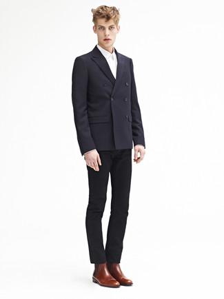 Comment porter: blazer croisé noir, chemise de ville blanche, pantalon chino noir, bottines chelsea en cuir marron