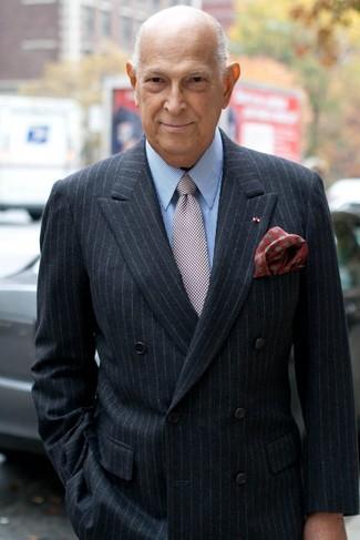 Comment porter: blazer croisé à rayures verticales noir, chemise de ville à rayures verticales bleu clair, cravate à carreaux bordeaux, pochette de costume á pois rouge