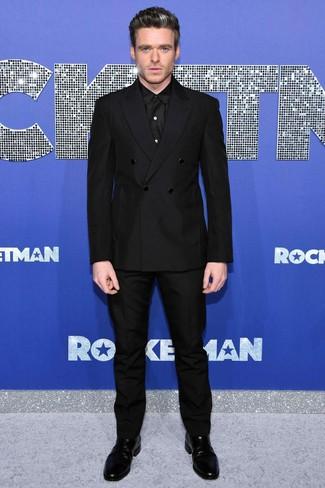 Comment porter: blazer croisé noir, chemise de ville noire, pantalon de costume noir, bottines chelsea en cuir noires