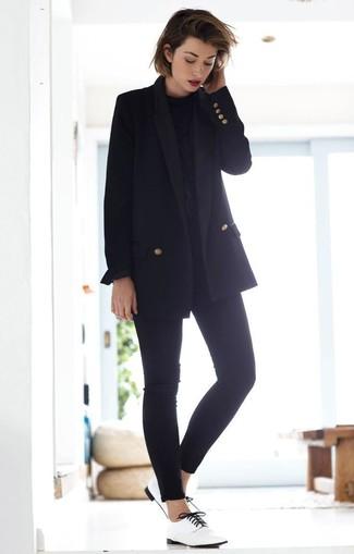 Comment porter: blazer croisé noir, chemisier à manches longues noir, jean skinny noir, chaussures richelieu en cuir blanches